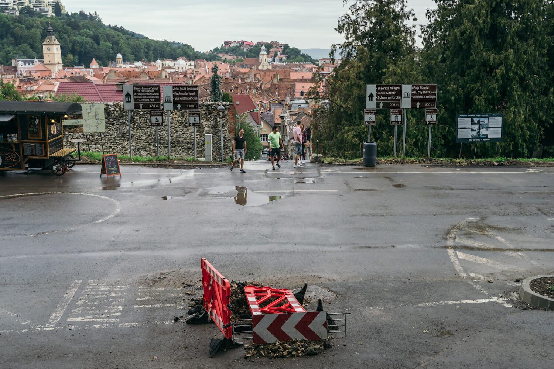 O groapă în șosea în Brașov