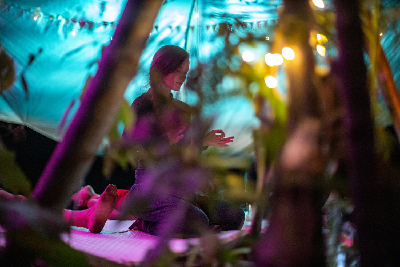 o femeie care meditează