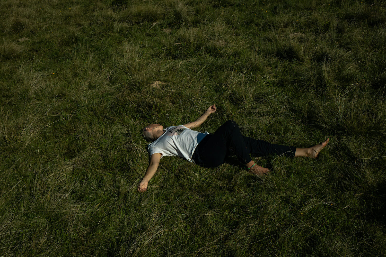 femeie întinsă pe iarbă
