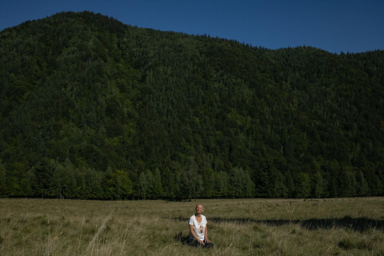 o femeie care meditează în natură