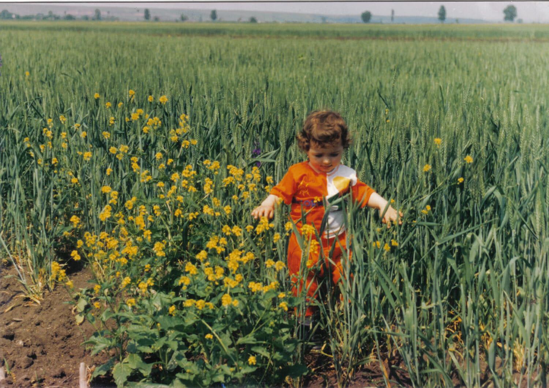 Andra Tarara într-un câmp cu flori galbene.