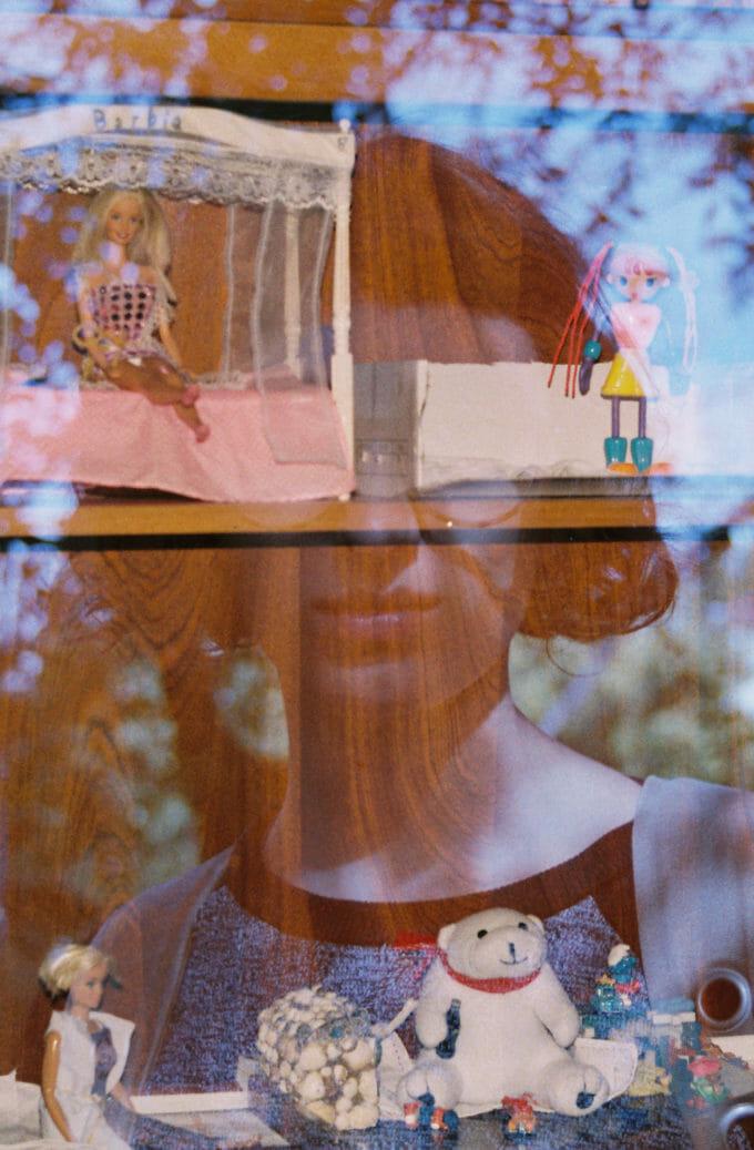 Andra reflectată în geamul unor rafturi cu jucării
