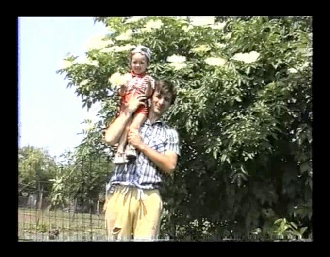 Captură dintr-o filmare VHS cu Andra și Ion Tarara în grădină.