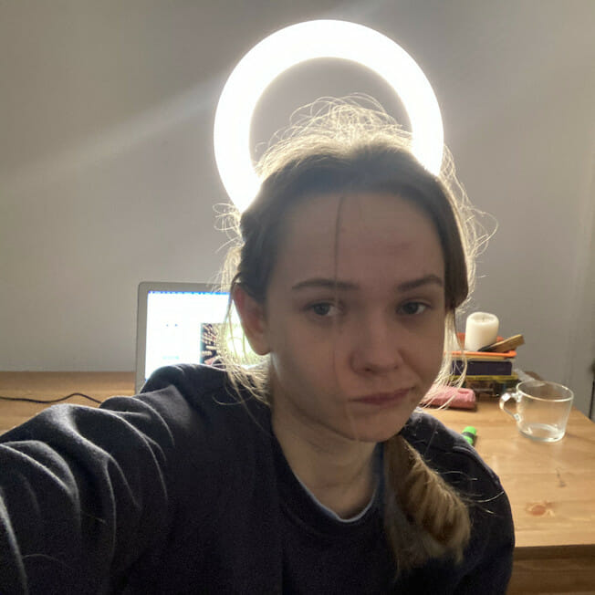 Silvana la birou, cu laptopul