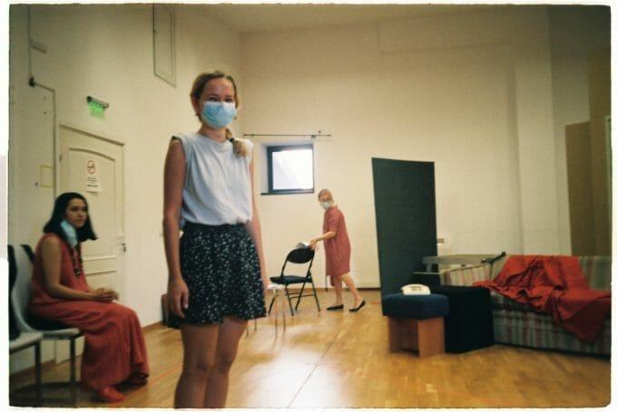 Silvana la repetiție la teatru, cu mască