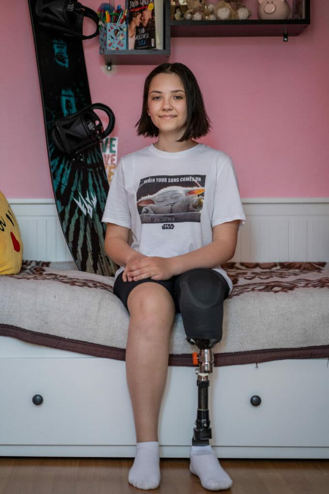 Maya în camera ei, lângă placa de snowboard