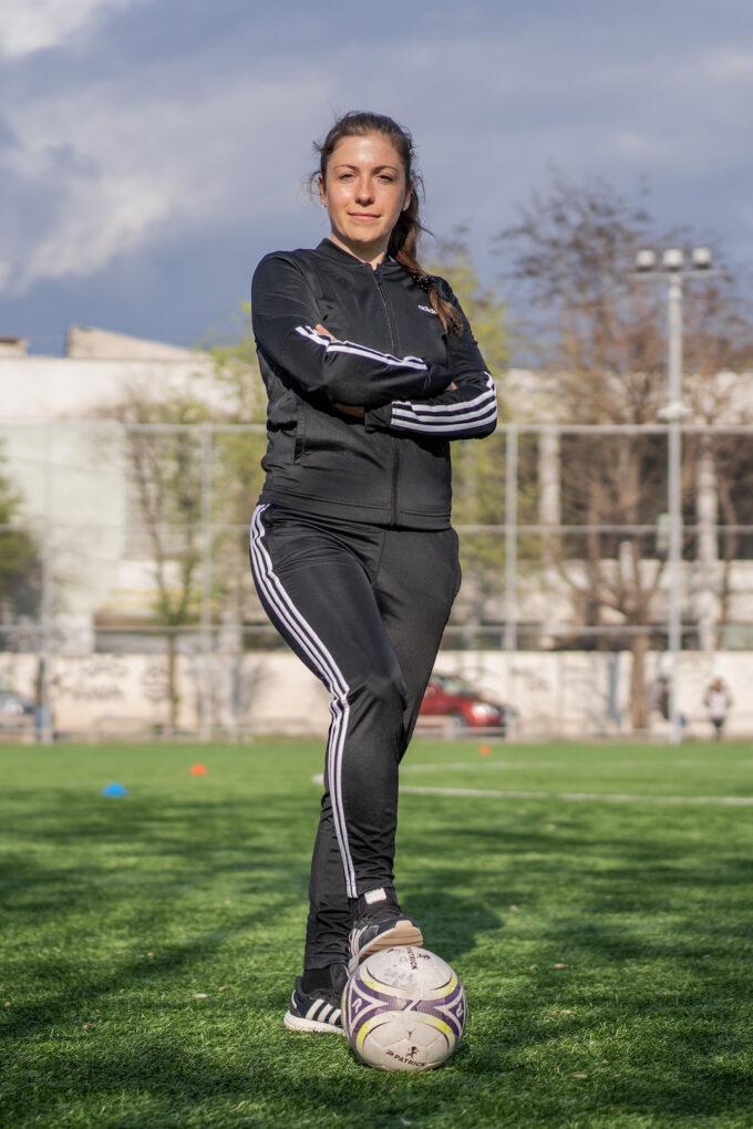 Irina Giurgiu cu mingea la picior.