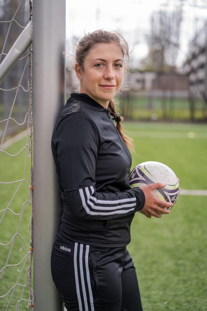 Irina Giurgiu lângă poartă, cu mingea în mână