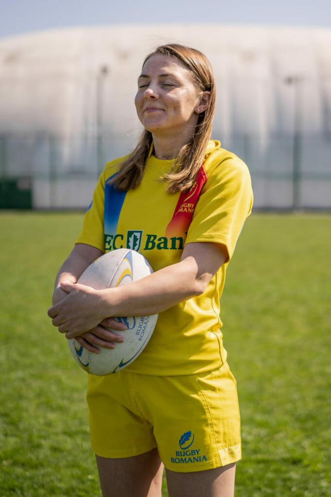Emilia Vizitiu zâmbește cu mingea în brațe