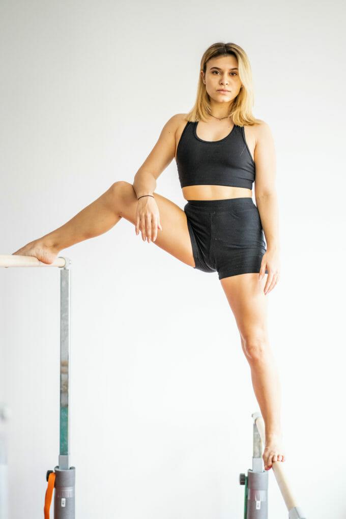 Diana Bulimar stă în picioare pe paralele