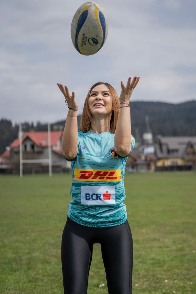 Gabriela Popescu aruncă o minge în aer
