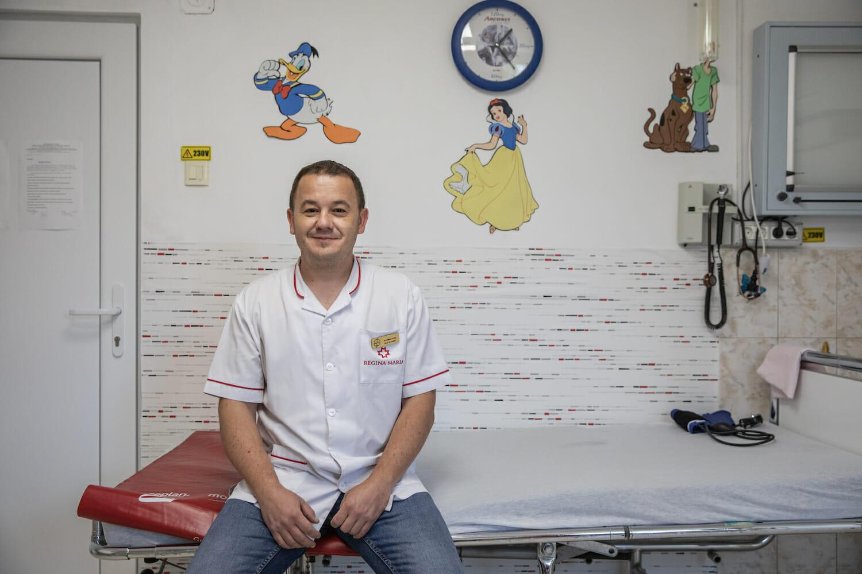 Dr. Lucian Comșa la cabinetul său în Hoghiz.