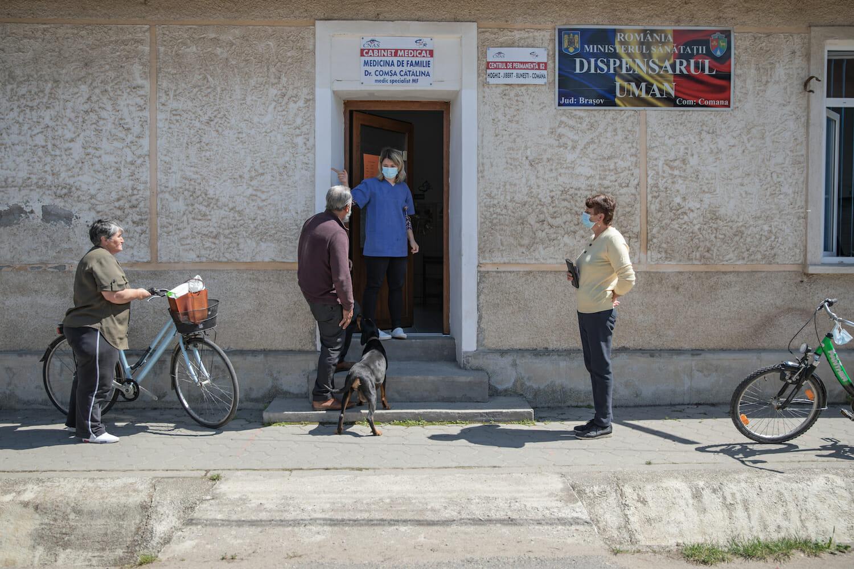 Intrarea la dispensarul din Comăna.