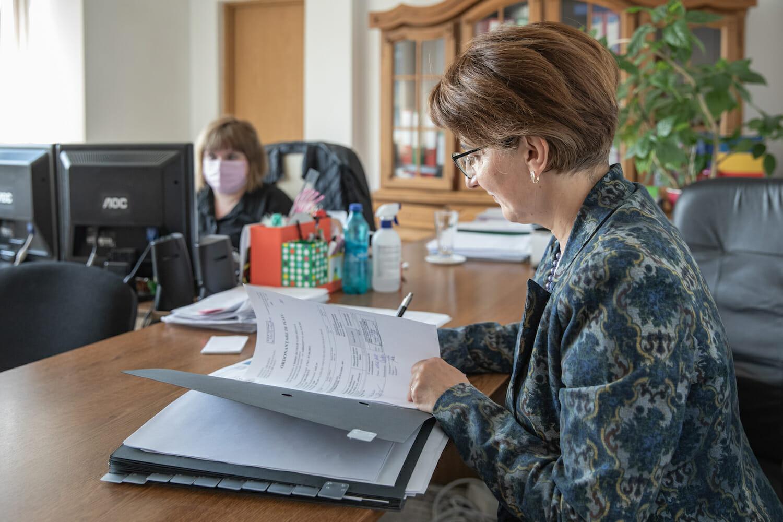 Dr. Neculau completează o fișă la birou