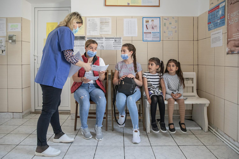 Dr. Cătălina Comșa la cabinet alături de o mamă și trei fetițe.
