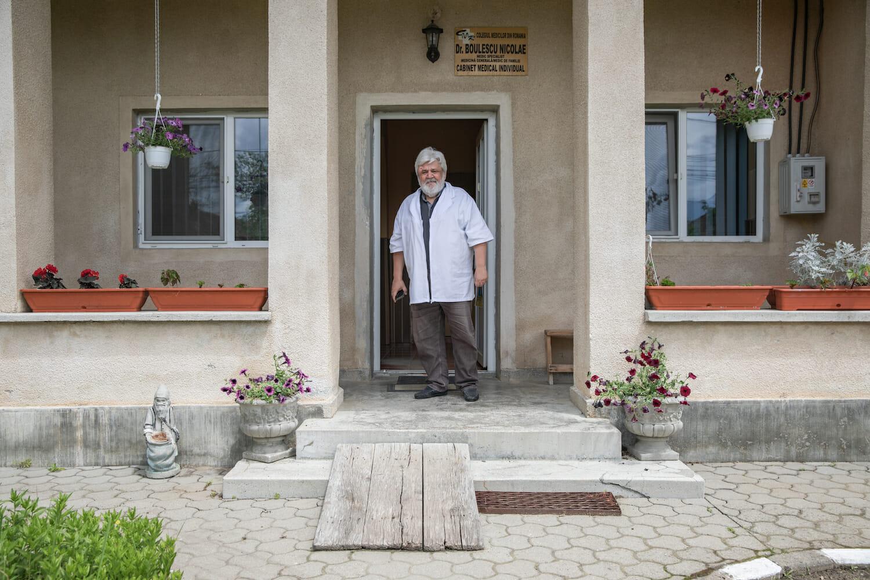 Dr. Boulescu în ușa cabinetului