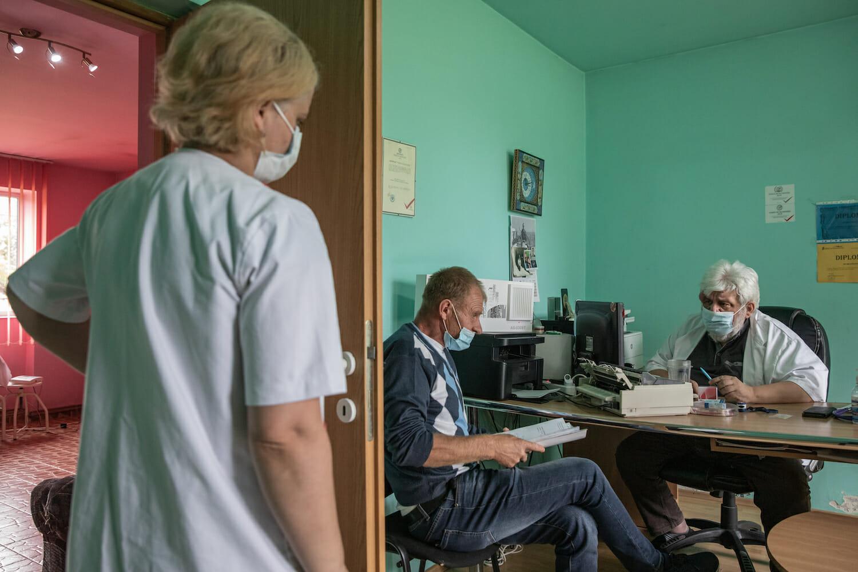 cabinetul doctorului Boulescu, cu preți zugrăviți colorat, în timpul unei consultații