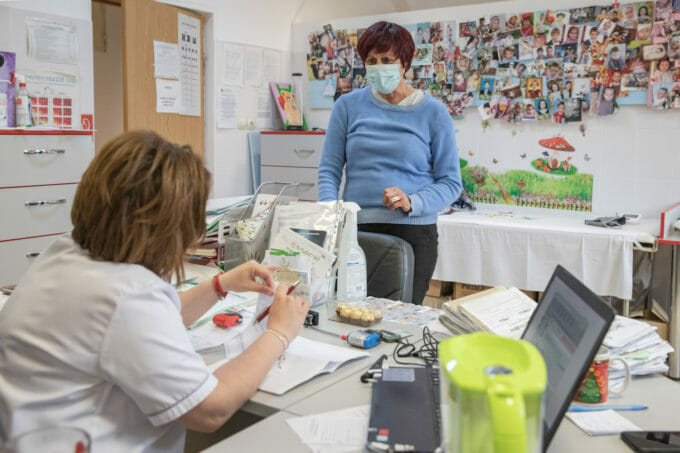 Dr. Butum la o consultație cu o pacientă.