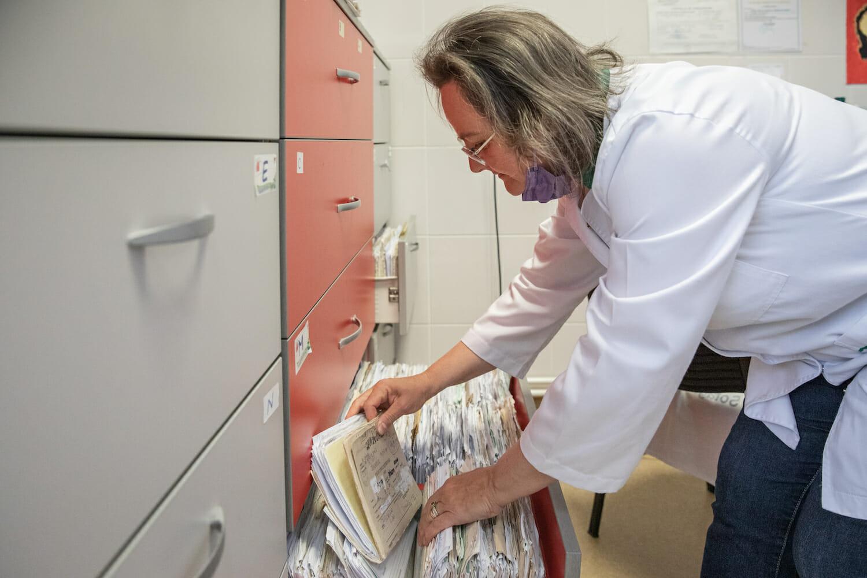 Asistenta Felicia Tudoran caută fișa unui pacient.