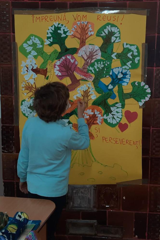 un elev desenează o planșă despre încredere