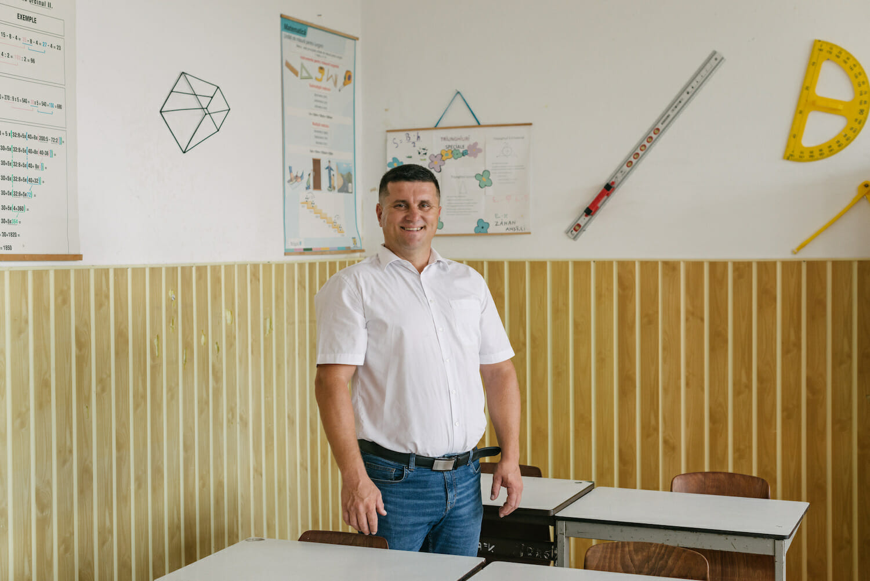 Fineas Chiș în sala de clasă.