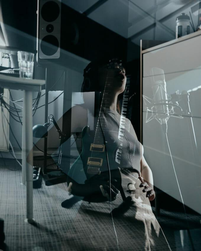 Reflexia Irinei în geamul de la studio.