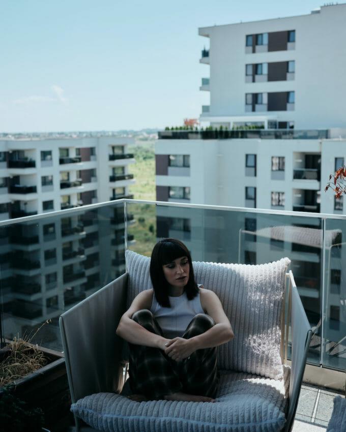 Irina pe balconul apartamentului