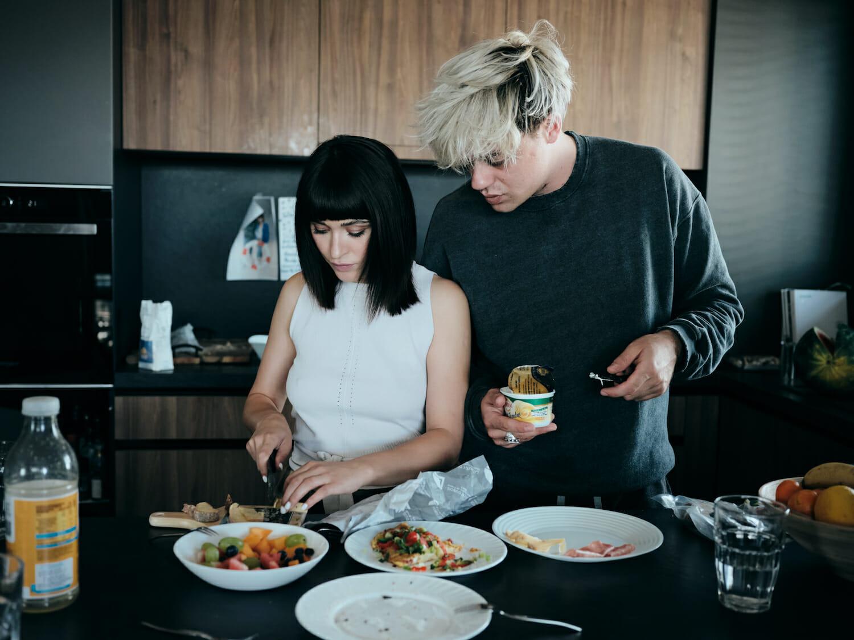 Irina și David pregătesc masa.