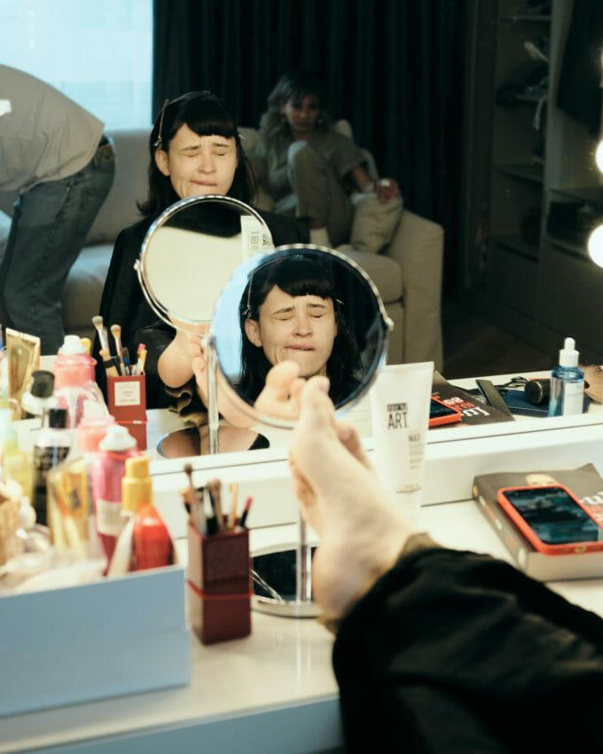 Irina în oglindă, cu picioarele pe masă