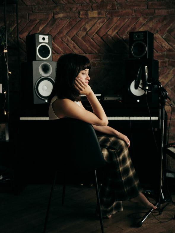 Irina Rimes în pijama, lângă pianul de acasă