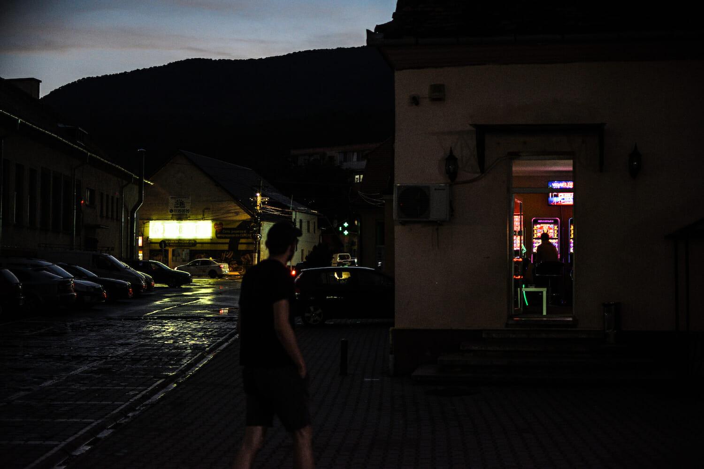 Bogdan seara în Codlea, lângă un local cu păcănele