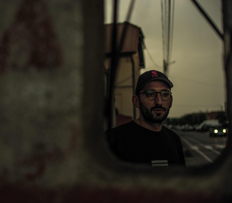 Bogdan într-o plimbare prin Codlea - reflexie într-o oglindă