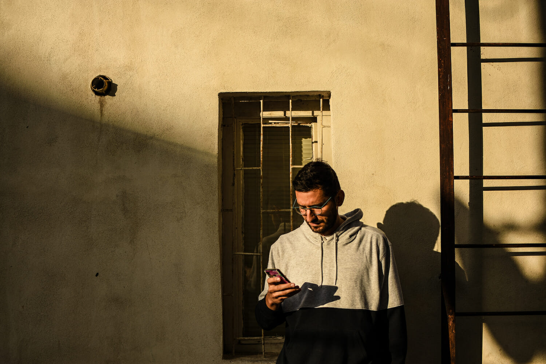Bogdan lângă unul dintre blocurile din cartier.