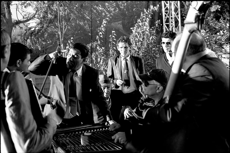 Fotografie alb-negru cu Taraf de Haidouks.