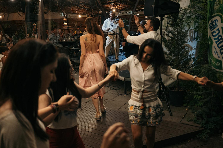 Publicul de la Grădina Urbană dansează pe muzica tarafului